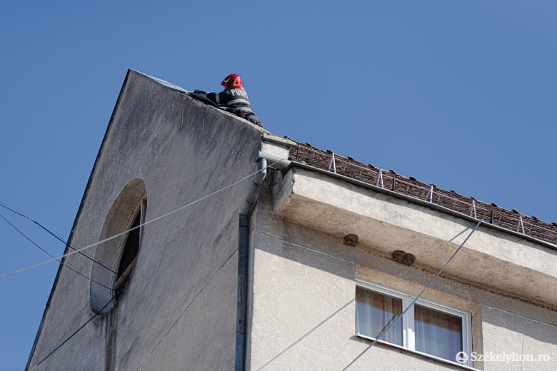 Meglazult tetőszerkezeti elem eltávolításán dolgoznak a tűzoltók Csíkszeredában
