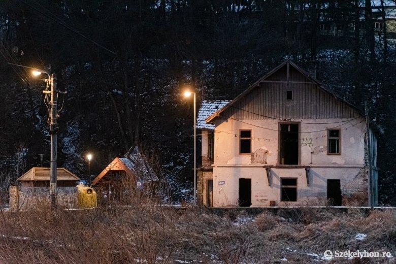 Kizárták a felújítást, nyoma sem marad a Zsögödfürdőt rondító romos épületnek