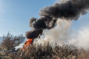 Kigyulladt gumiabroncsok fekete füstje árasztotta el Csíkszereda egy részét