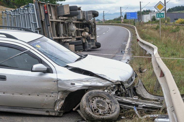 Felborult egy teherautó Csíkzsögödben