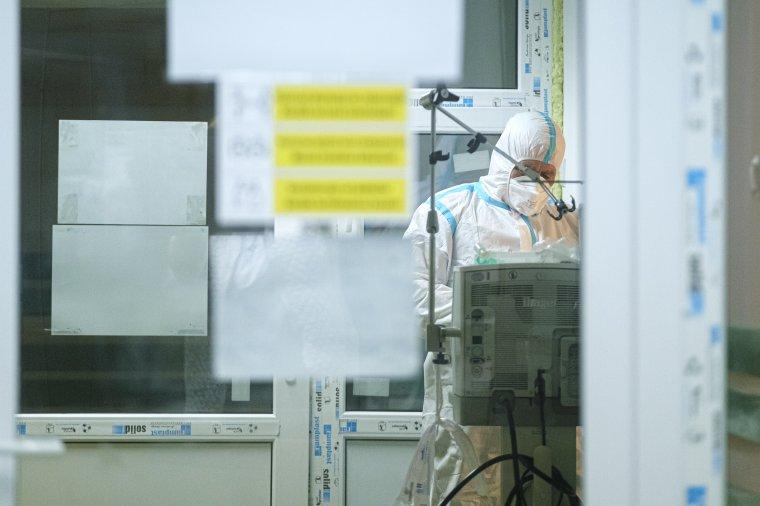 Rohamosan fogynak a koronavírus-fertőzötteknek fenntartott kórházi helyek