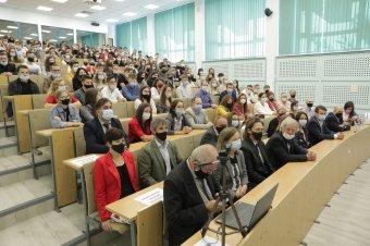 Több teremben zajlott a rendhagyó tanévnyitó ünnepség a csíkszeredai Sapientián