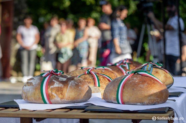 Az államalapítást és az új kenyeret ünnepelték Csíkszeredában