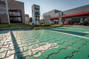 Több mint 200 kilométert kell autózni Romániában két elektromos töltőállomás között, Hollandia fényévekkel jobban áll