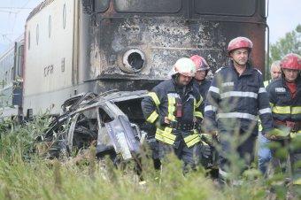Tűzbe borult az autóval ütközött vonat