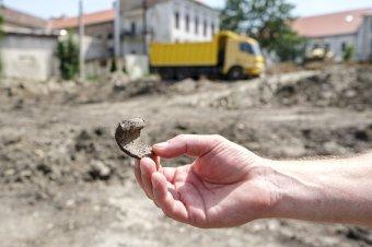 Ami a régészeknek ajándék, az a tanintézetnek bosszúság: leletekre bukkantak a tornaterem építésénél