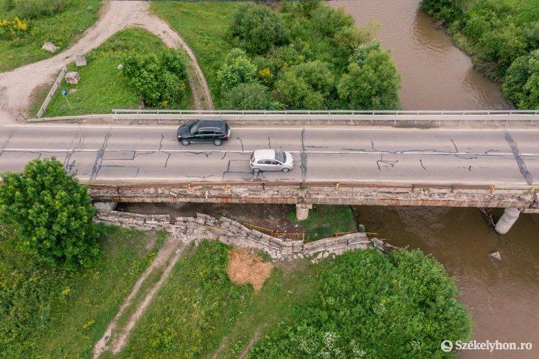 Megint leszakadt és a mederbe esett a hídkorlát
