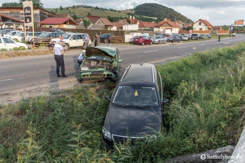 Két autó ütközött, az egyik árokba csúszott a Brassói úton