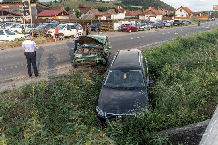Két autó ütközött, az egyik árokba csúszott a Brassói úton – frissítve