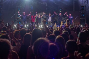 Vastapssal zárult Ákos telt házas koncertje Csíkszentsimonban