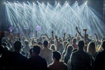 Újabb lazítások jönnek augusztus elsejétől: akár 75 ezren is fesztiválozhatnak, 400 személy is részt vehet a lagzikon