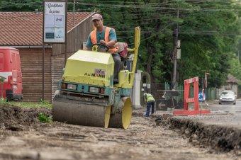 Folyamatban van az utak, járdák javítása Csíkszeredában, óvatosan kell megközelíteni a felmarásokat