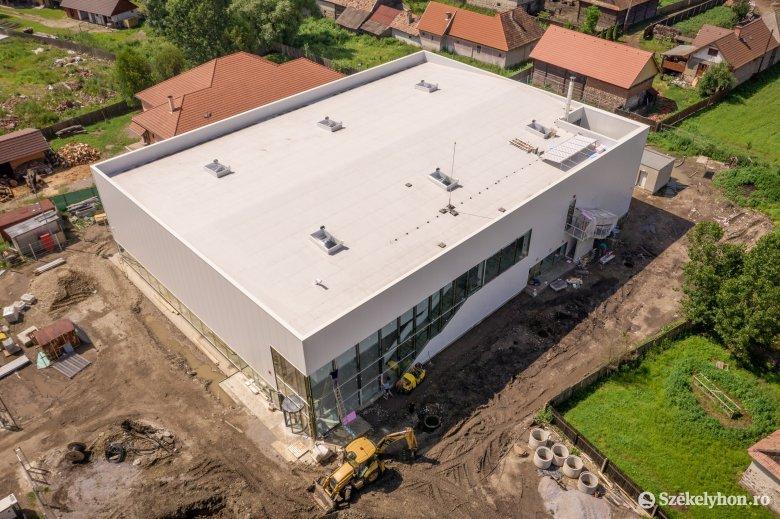 Nemsokára befejezik a munkát az építők a csíkszentsimoni sportcsarnoknál