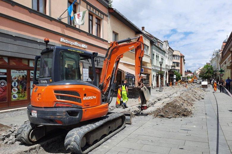 Gázvezetékcsere miatt törték fel a csíkszeredai Petőfi utca burkolatát