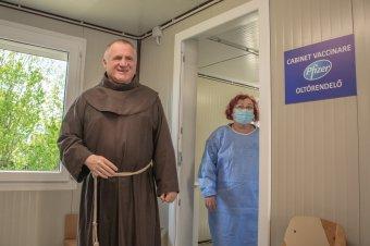 Csíksomlyón kapta meg a koronavírus elleni védőoltást Böjte Csaba
