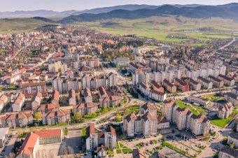 Meghaladta a hat ezrelékes fertőzöttségi arányt Csíkszereda, újabb hat székelyföldi település került vörös zónába