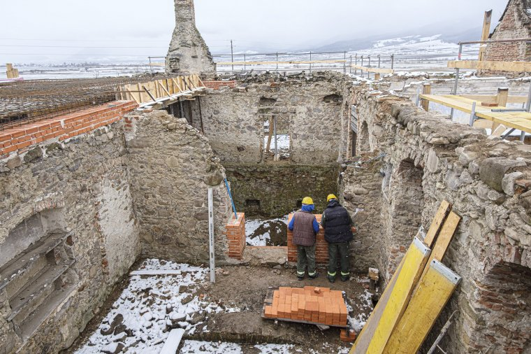 Elkezdődött a csíkszentimrei Henter-kúria újjáépítése