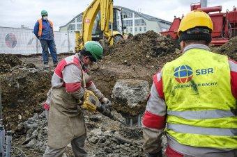 Zajosabb lesz az építőtelep: légkalapáccsal kell dolgozni az új lelátó építéséhez