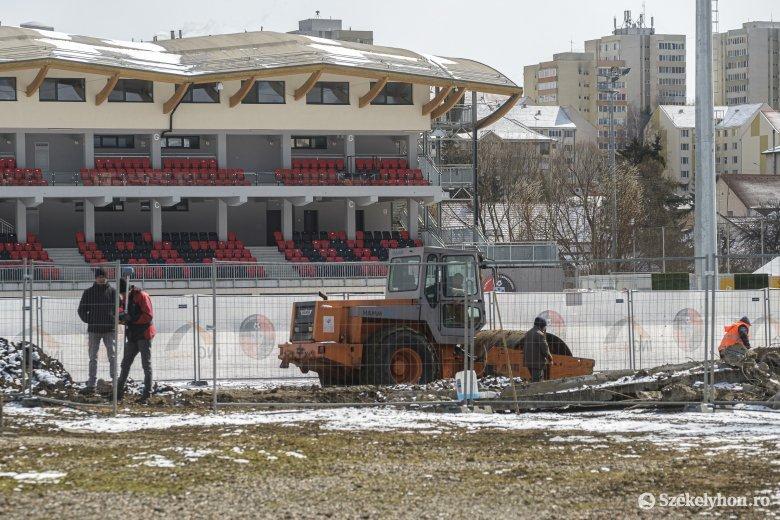 Lebontották a csíkszeredai stadion régi lelátóját