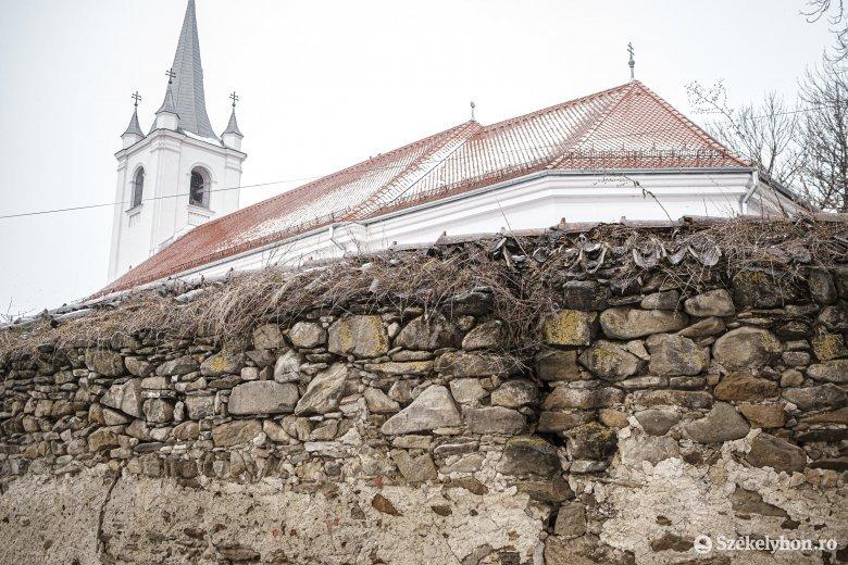 Megerősítenék a csíkszentmártoni műemlék templom várfalát