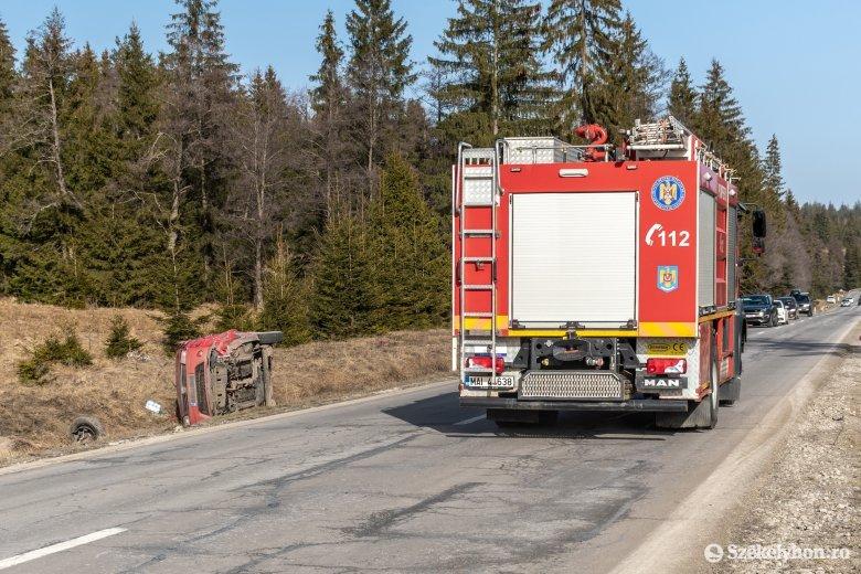 Szolgálaton kívüli tűzoltó mentette meg egy balesetező járművezető életét