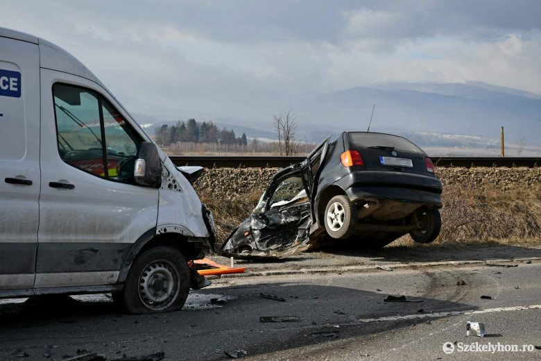 Két autó ütközött össze Csíkszeredában, egy személyt ki kellett menteni