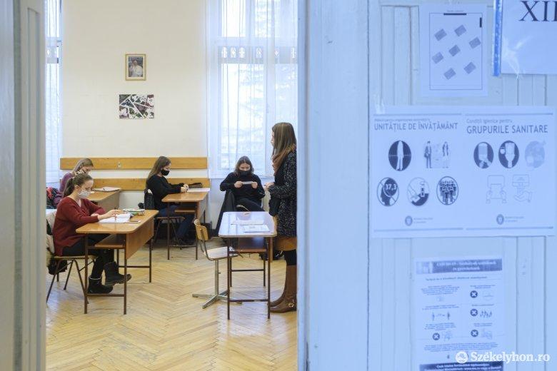 Kétnyelvű, a koronavírusról tájékoztató táblákat kérnek a magyar tanintézményekbe