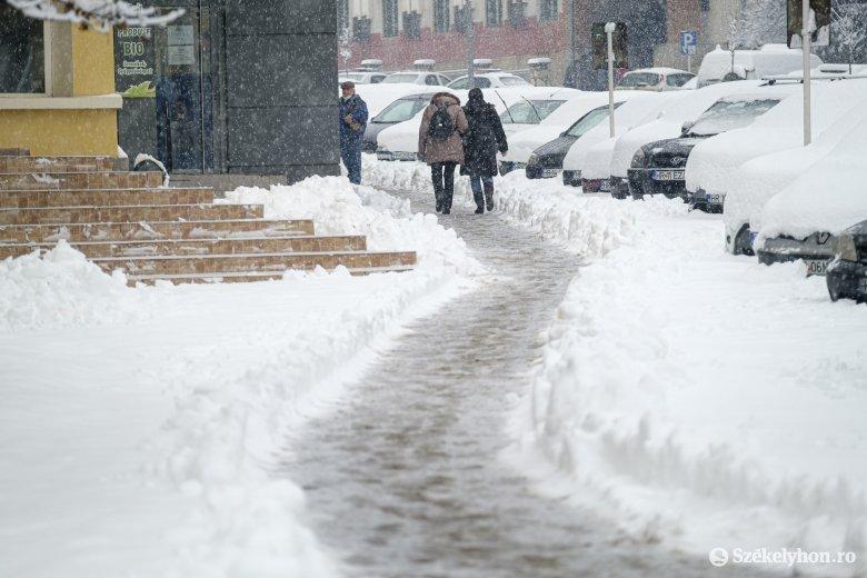 Sűrű havazással köszöntött be a február Csíkszeredában