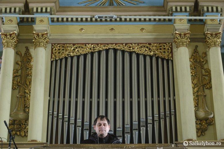 Árvaházból az orgona mögé