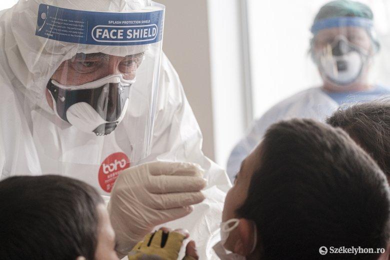Nem befolyásolja a PCR-tesztet a koronavírus elleni vakcina – Az oltás miatt nem lesz pozitív az eredmény a szakértő szerint