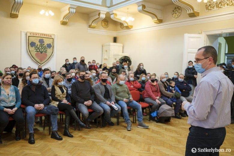 Lakossági fórum: nem költöztetik Zsögödfürdőre a tűzkárosultak egy részét