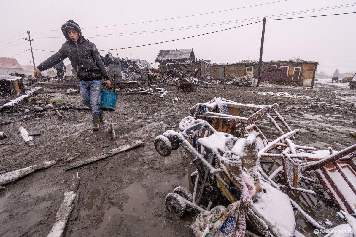 https://media.szekelyhon.ro/pictures/csik/aktualis/2021/12_januar/o_somlyoi-tuzvesz-utan-pnt-14.jpg