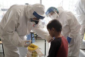 Minden téren csökkenést jegyeztek, 800 alatt a napi fertőzésszám