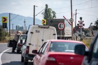 Többezer lejes pénzbírság és jogosítványfelfüggesztés is jár azoknak, akik szabálytalanul kelnek át a síneken