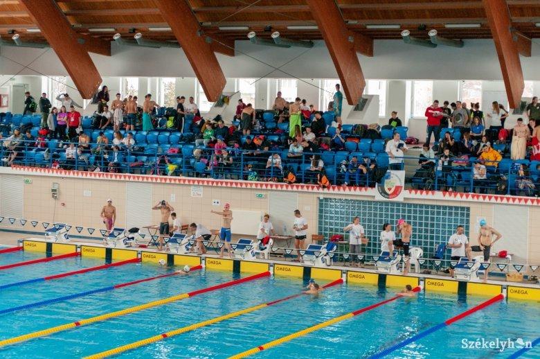 Zavarta a székely himnusz a román bajnokot a csíki úszóversenyen