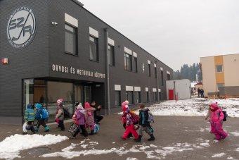 Csíkkarcfalván átadták a Székelyföldi Jégkorong Akadémia orvosi és módszertani központját