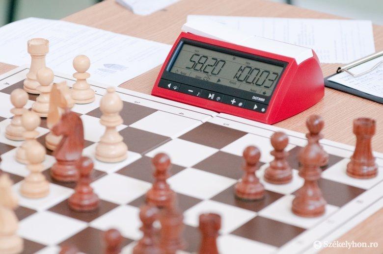 Sakkverseny maszkban, szabadtéren