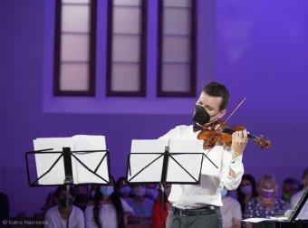 Telt ház előtt lépett fel Gyimesbükkön Alexandru Tomescu hegedűművész