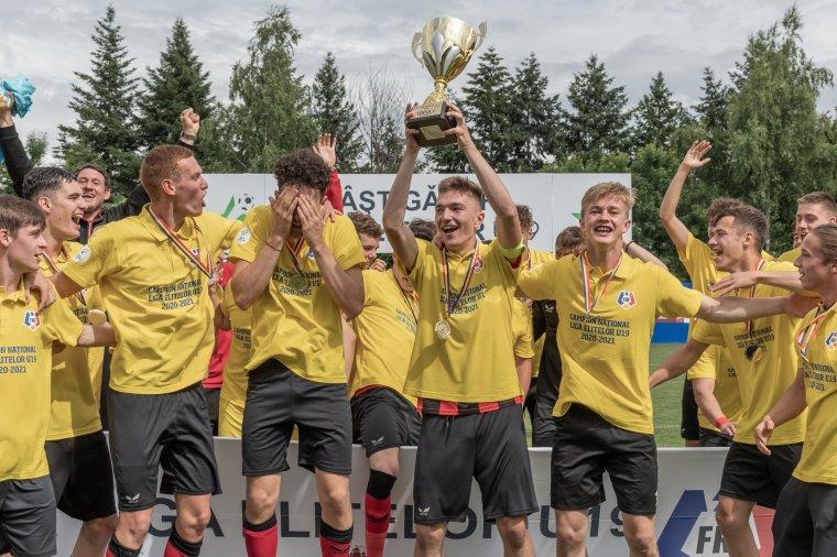 Képeken az FK Csíkszereda utánpótláscsapatának történelmi sikere