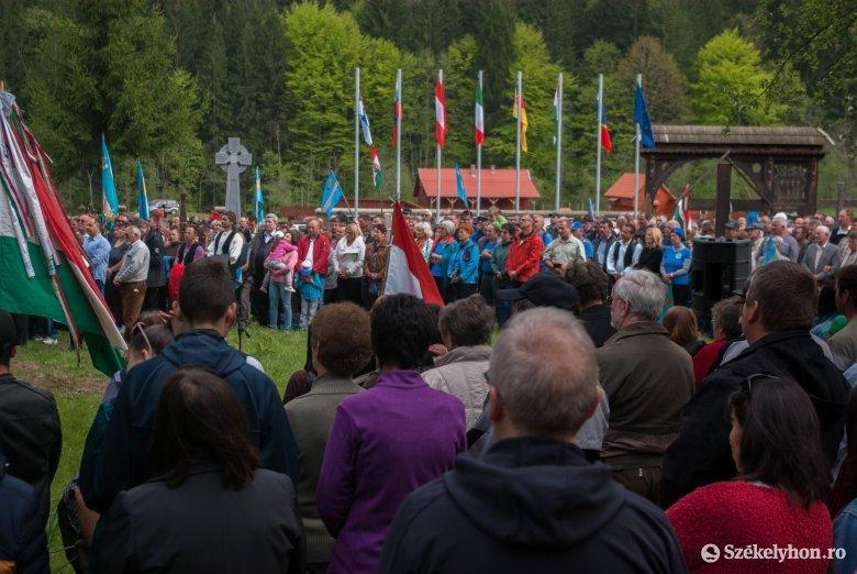 Ne bántsd a magyart! – több ezren imádkoztak és tiltakoztak a román temetőfoglalás ellen az úzvölgyi sírkertben