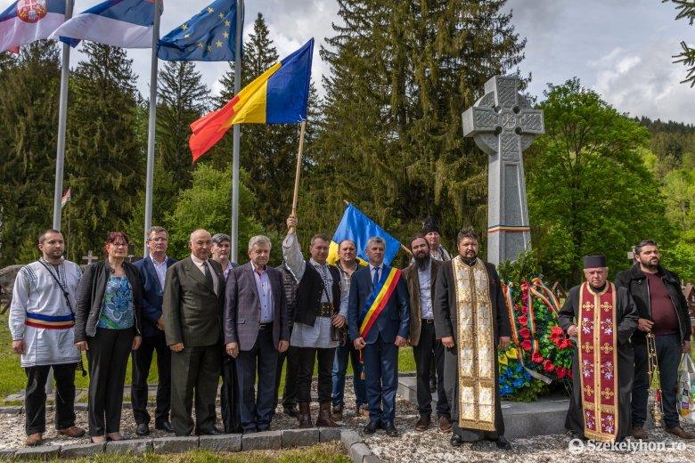 A járványügyi intézkedésekre fittyet hányva ismét az úzvölgyi katonatemetőben ünnepeltek a románok