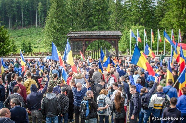 Fáklyás felvonulás az úzvölgyi katonatemetőnél a román hadsereg napján
