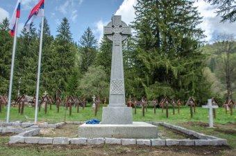 Műemlékké nyilvánítanák az úzvölgyi temetőben elhelyezett betonkereszteket: a kormányfő közbelépését sürgette az RMDSZ elnöke