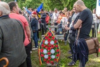 Koszorúzás az úzvölgyi temetőben: piros-fehér-zöld a román trikolórtengerben