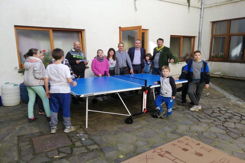 Pingpongasztalokat ajándékoztak a tusnádfürdői gyermekotthonnak