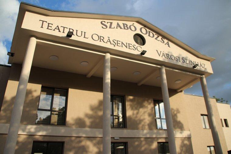 Új köntösben a székelyhídi színház – a felújított intézményt a város szülöttéről, Szabó József Ódzsa rendezőről nevezték el