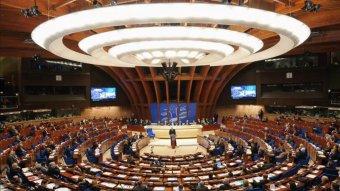 Az önkormányzatok európai ernyőszervezete –  az Európa Tanács döntéseit nem kötelező betartani, de kényelmetlen kilógni a sorból