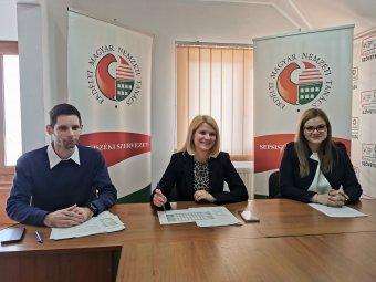 EMNT Demokrácia-központok: őszig kérjék a magyar állampolgárságot, akik szavazni akarnak 2022-ben!