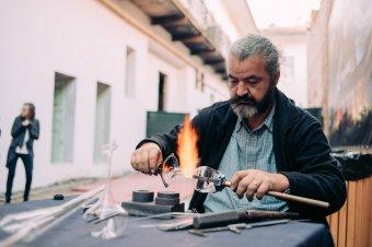 Lángban fújva: az üveges mesterség titkai – látogatóban Szalma László Zsolt kolozsvári üvegfúvómesternél