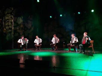 Főszerepben a mellzongora a Hagyományok Házában: színpadon a Harmonikások